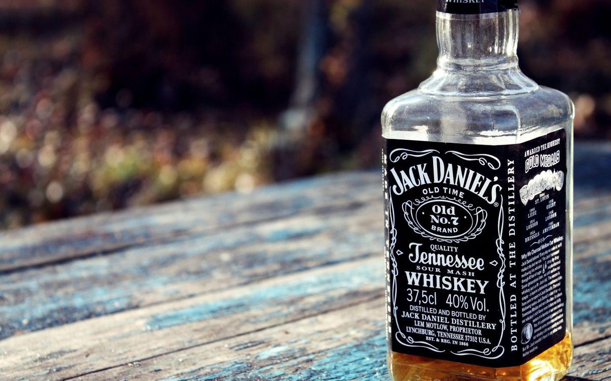 Фото бесплатно бутылка, виски, джек, дэниэл, алкоголь, спиртное, стол, разное