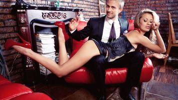 Бесплатные фото девушка,парень,ноги,каблуки,мебель,диван,ситуации