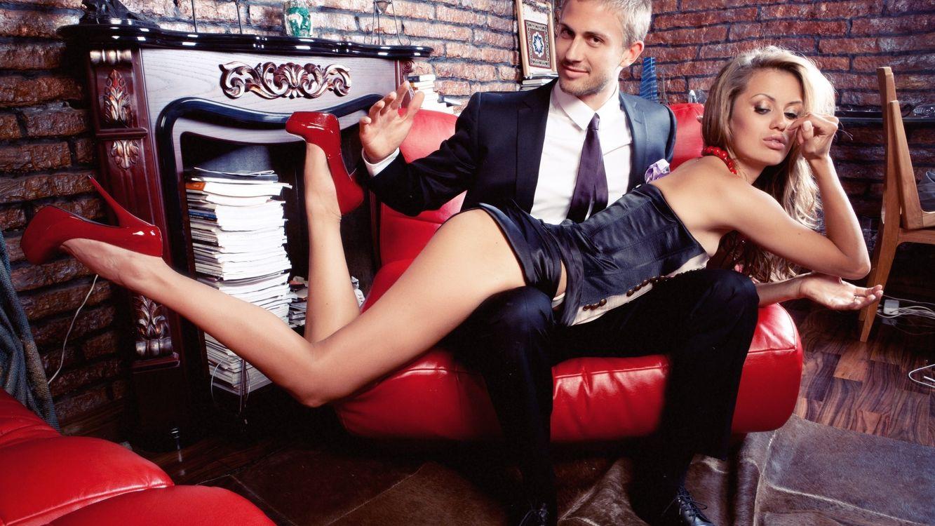 Картинка девушка, парень, ноги, каблуки, мебель, диван, ситуации на рабочий стол. Скачать фото обои ситуации