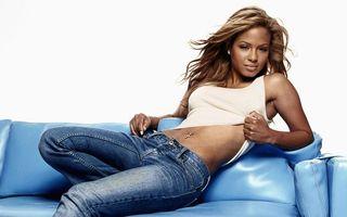 Бесплатные фото девушка,модель,фото,джинсы,пирсинг,майка,макияж