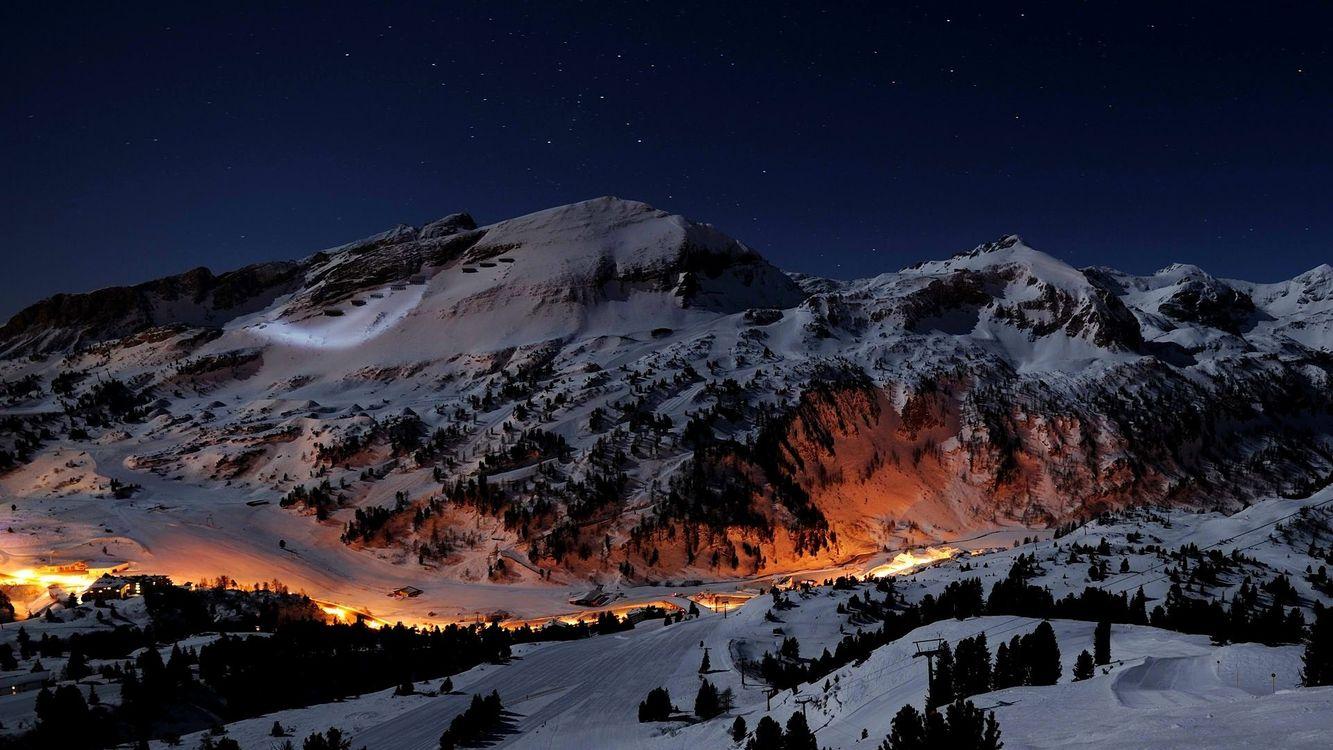 Фото бесплатно горы, свет, деревья, лес, деревня, поселение, зима, снег, звезды, небо, сугробы, ночь, природа, пейзажи, пейзажи