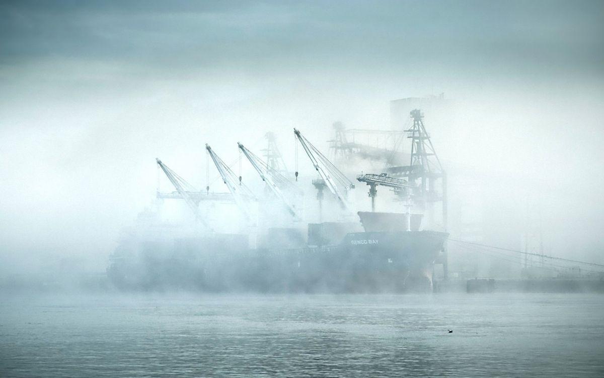 Фото бесплатно корабли, туман, небо, голубое, море, океан, вода, пар, краны, веревки, причал, утка, волны, разное, разное