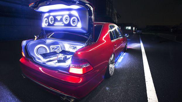 Бесплатные фото лексус,lexus,красный,вид,сзади,багажник,подсветка,акустика,музыка,сабвуфер,динамики,звук
