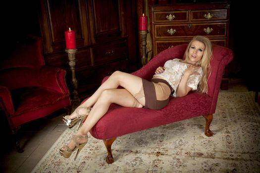 Бесплатные фото michelle moist,блондинка,сексуальная,blouse,skirt,sexy ноги,чулки,garterbelt,stiletto каблуки,длинные,волосы,эротика