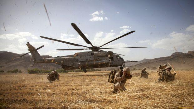 Бесплатные фото вертолет,лопасти солдаты,рюкзаки,оружие