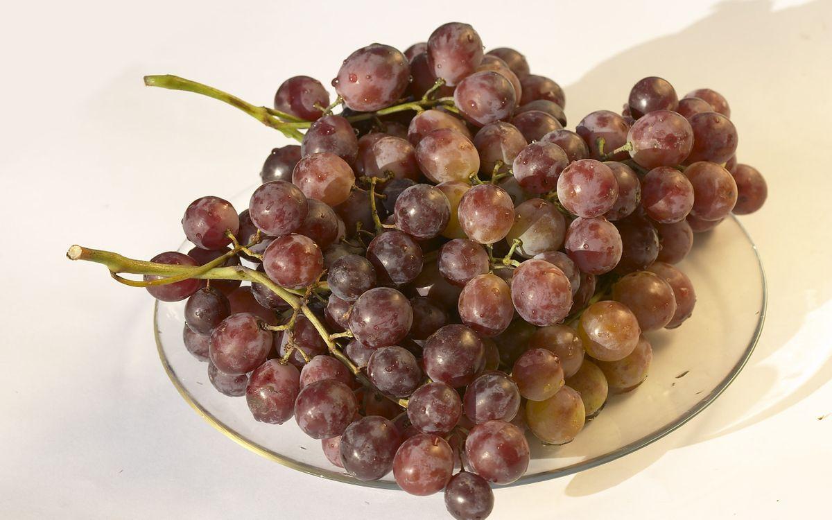 Фото бесплатно виноград, гроздь, ягода, тарелка, стеклянная, стол, еда, еда