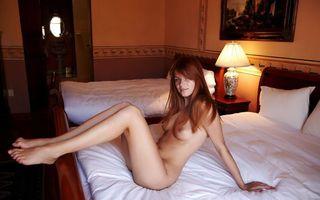 Фото бесплатно девушка, номер, лампа