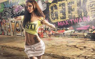 Заставки девушка, улица, стена, граффити, татуировка, настроение, рендеринг