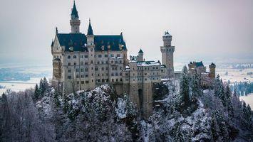 Бесплатные фото замок,старинный,окна,гора,деревья,снег,город