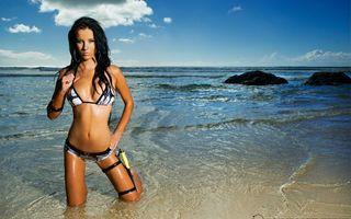 Бесплатные фото брюнетка,купальник,нож,берег,море,волны,девушки