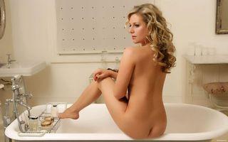 Заставки брюнетка, сидит, ванная, моется, эротика