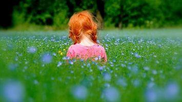 Бесплатные фото девочка,волосы,рыжие,поле,трава,цветы,разное