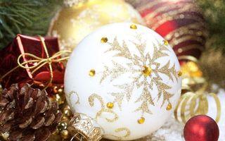 Бесплатные фото шарик,украшение,игрушка,блестки,шишка,подарки,елка