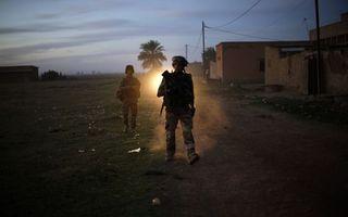 Бесплатные фото солдаты,оружие,сирия,дома,руины,дорога,столбы