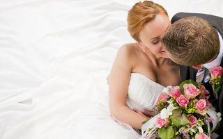 Бесплатные фото свадьба,жених,невеста,костюм,платье,букет,поцелуй