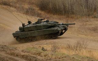 Бесплатные фото танк,гусеницы,дуло,антенны,дорога,пыль,оружие