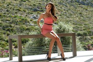 Бесплатные фото девушка,брюнетка,смуглая,платье,розовое,деревянный,стол