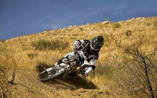 Бесплатные фото мотоцикл,пустыня,человек,колеса,песок,кусты,спорт