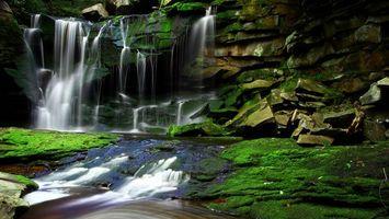 Фото бесплатно река, водопад, камни, мох, вода, брызги, природа
