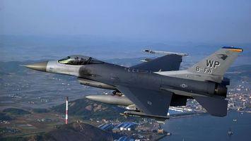 Военный самолет в полете