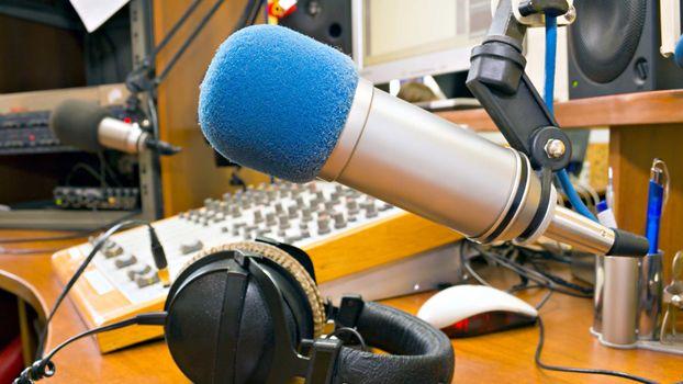 Бесплатные фото студия,микрофоны,наушники,пульт,провода,динамики,разное