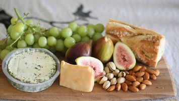 Обои сыр, виноград, зелень, хлеб, стол, орехи, еда