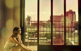 Бесплатные фото мечтательница,девушка,балкон,дома,город