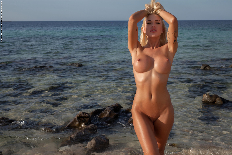 Фото обнаженная блондинка на море, Симпатичная голая блондинка на берегу моря 19 фотография