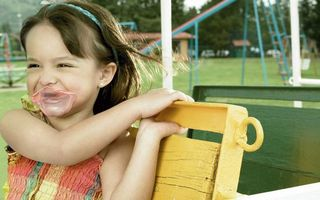 Бесплатные фото ребенок,девочка,жвачка на лице,радость,скамейка
