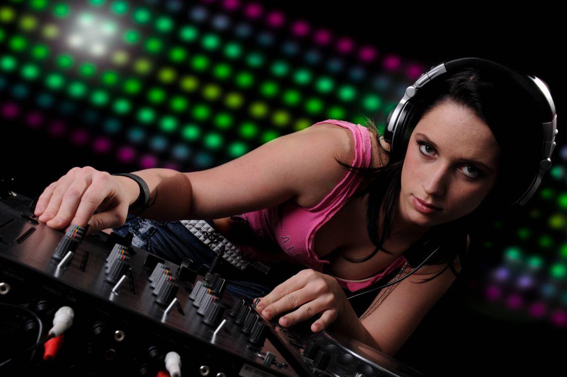 Фото бесплатно девушка диско, девушка, наушники, настроение, музыка, девушка диджей, музыка
