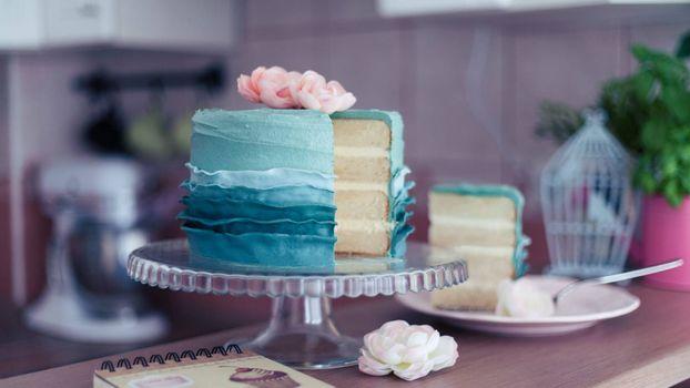 Фото торт, тарелка больших размеров