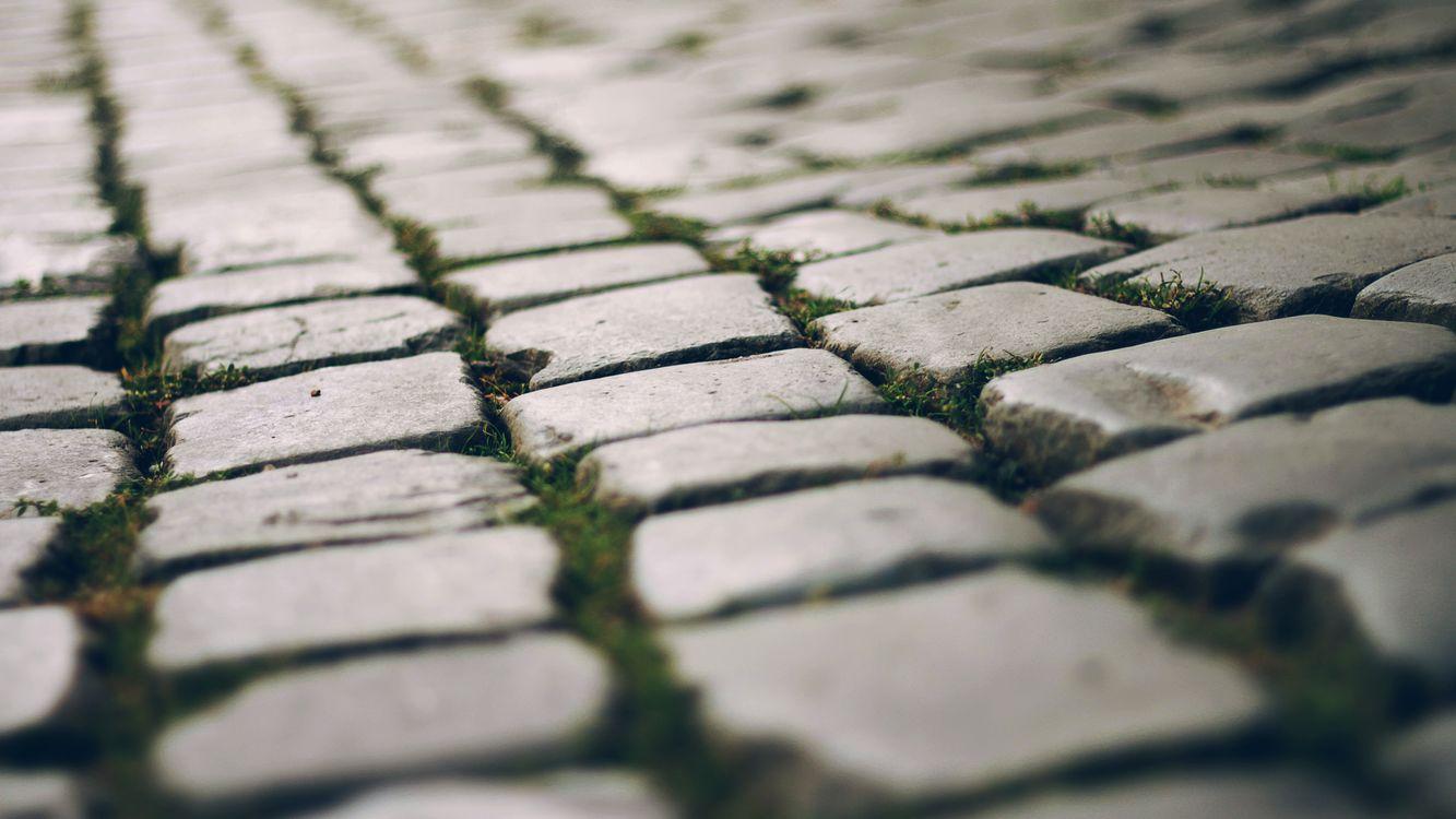 Фото бесплатно брусчатка, поверхность, камни, щели, трава, текстуры