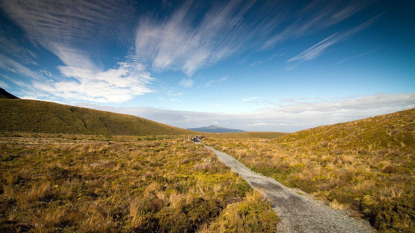 Фото бесплатно холмы, трава, дорожка, тропинка, люди, небо, облака, пейзажи