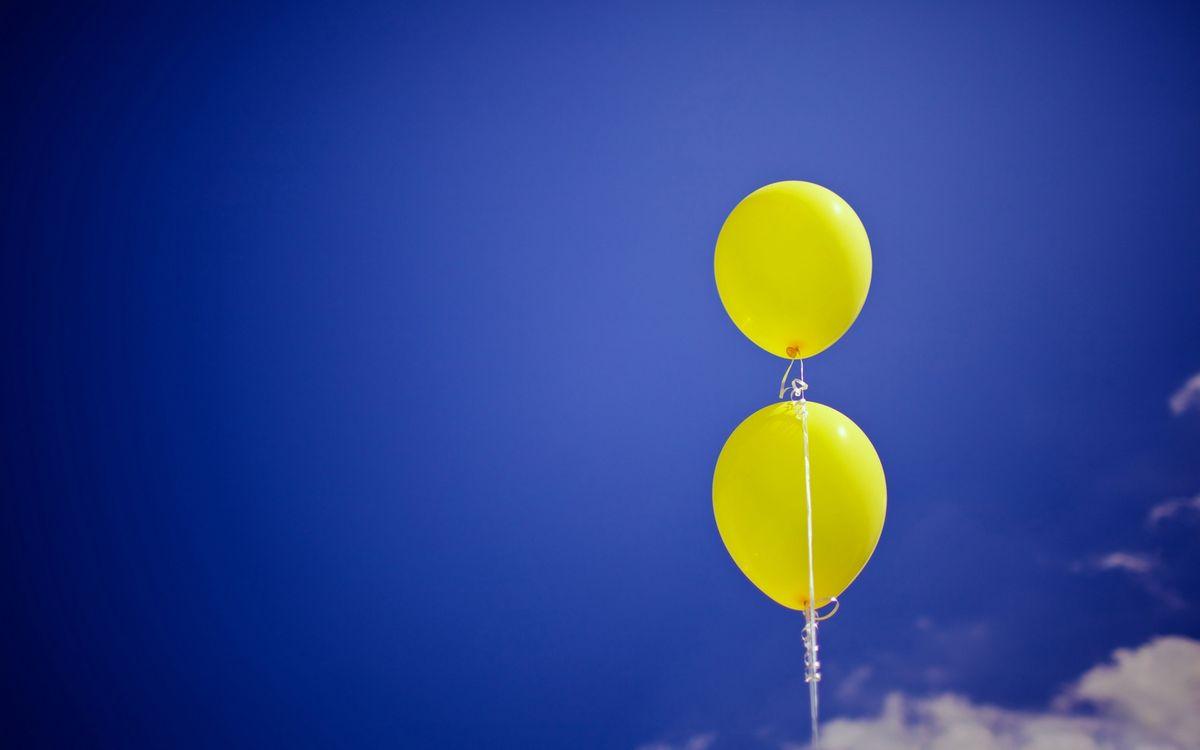 Фото бесплатно шарики, воздушные, желтые, ленточки, небо, облака, разное - скачать на рабочий стол