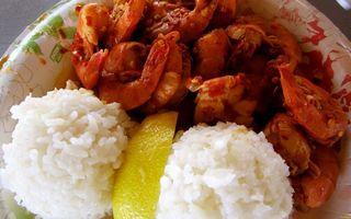 Бесплатные фото тарелка,рис,долька лимона,креветки