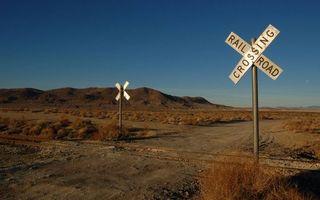 Бесплатные фото железная дорога,рельсы,знаки,надписи,дорога,трава,холмы
