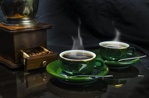 Фото бесплатно кофе в зернах, кофе, чашки, пар, кофемолка, натюрморт, напиток