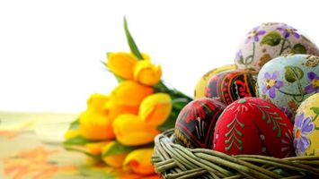 Бесплатные фото пасха,корзина,яйца крашеные,узоры,цветы,тюльпаны