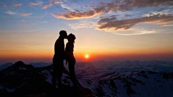 Обои любовь, поцелуи, закат, гора