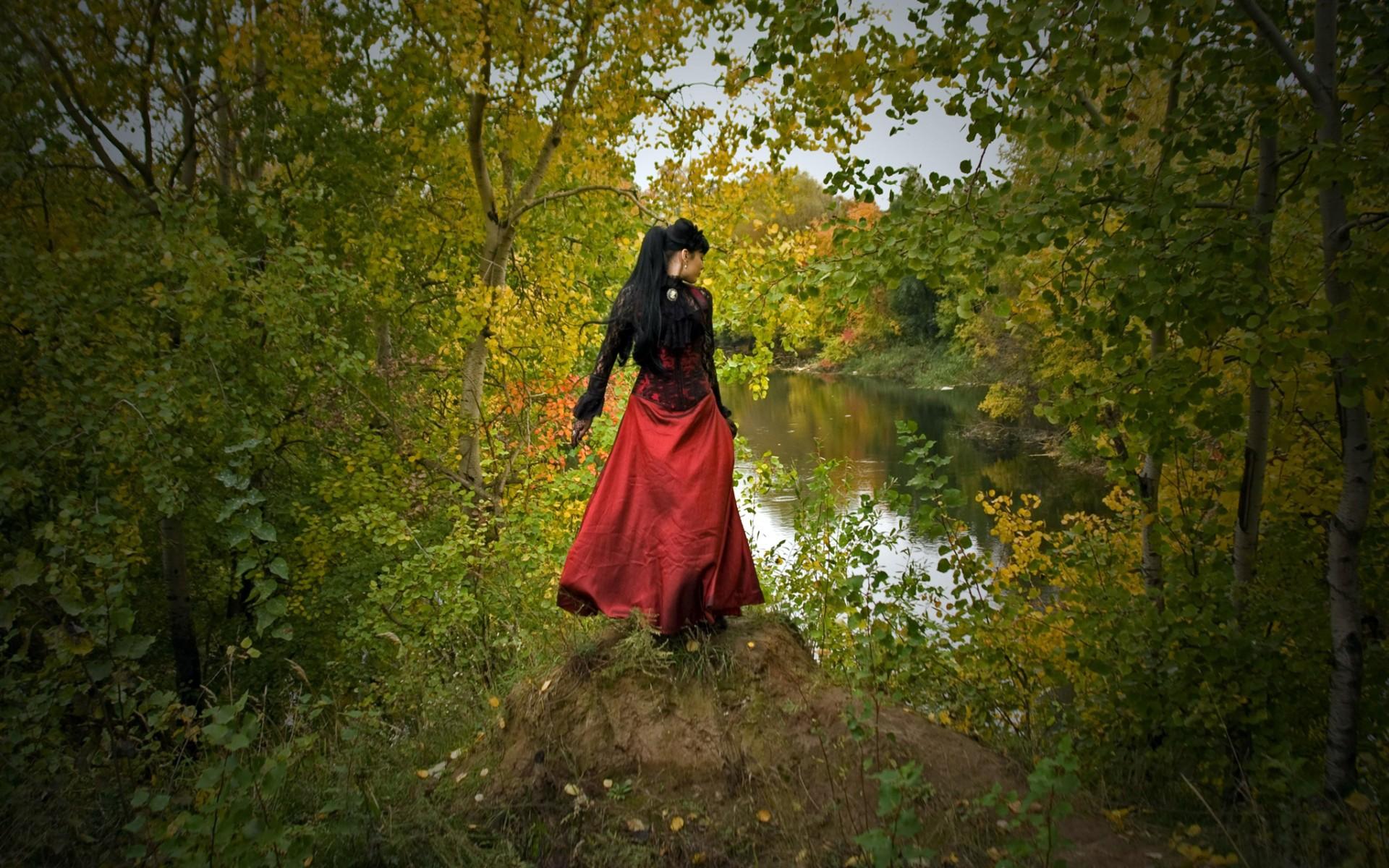 брюнетка, платье, черно-красное