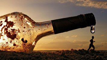 Бесплатные фото бутылка,человек,берег,песок,небо,облака,горизонт