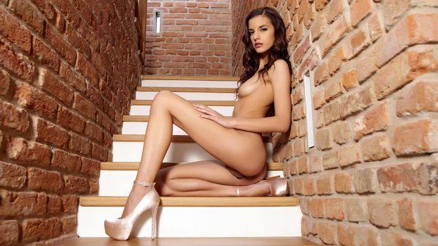 Бесплатные фото candice luca,lennox a,kaylee,posing,сексуальная,горячая,beauty,stairs,ню,breasts,грудь,обнаженная