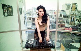 Бесплатные фото девушка,азиатка,диджей,наушники,пульт,окно,музыка
