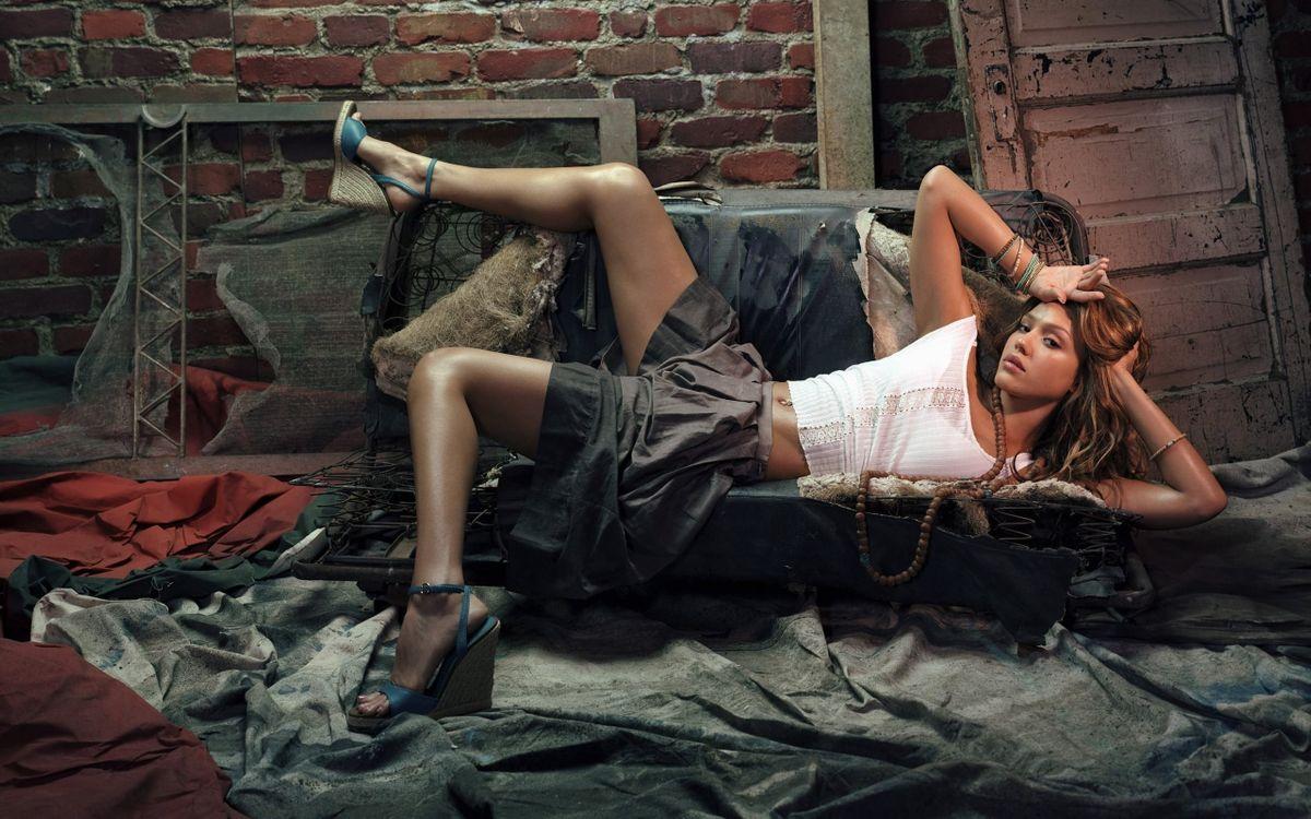 Фото бесплатно поза, юбка, браслет, бусы, ноги, беспорядок, девушки - на рабочий стол