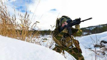 Бесплатные фото солдат,винтовка,прицел,снег,трава,небо,оружие