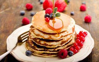 Фото бесплатно тарелка, вилка, оладьи, мед, ягода, листики, еда