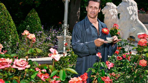 Фото бесплатно цветы, сад, статуи, львы, мужчина, халат, чашка, кофе, мужчины