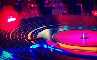 Бесплатные фото винил,пластинка,проигрыватель,дискотека,светомузыка,пульт,музыка