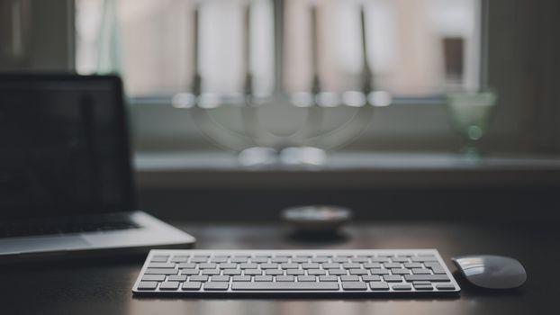 Бесплатные фото ноутбук,комната,на столе,клавиатура мышка,apple,окно,интерьер