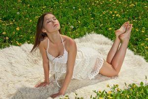 Бесплатные фото девушка,природа,трава,цветы,ковер,мех,шерсть